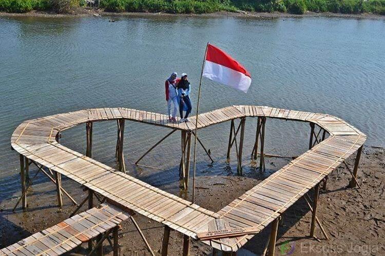 Jembatan cinta Pantai Pasir Kadilangu