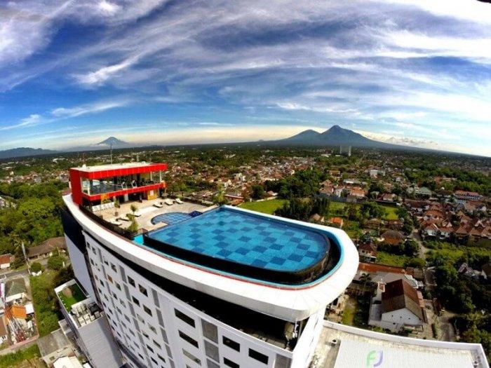 kolam-renang-indoluxe-hotel